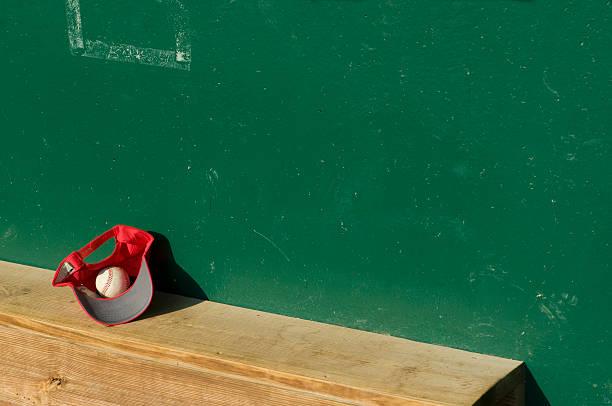 A baseball and cap on a dugout bench:スマホ壁紙(壁紙.com)