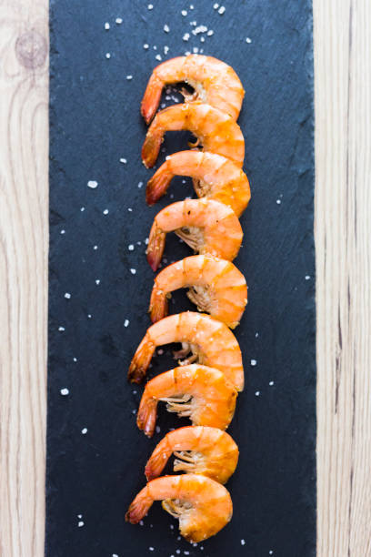 Row of shrimps on slate, salt:スマホ壁紙(壁紙.com)