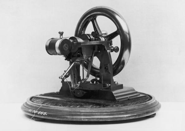 Sewing Machine「Elias Howe's Machine」:写真・画像(0)[壁紙.com]
