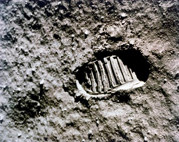 Moon「The First Footprint On The Moon,」:写真・画像(11)[壁紙.com]