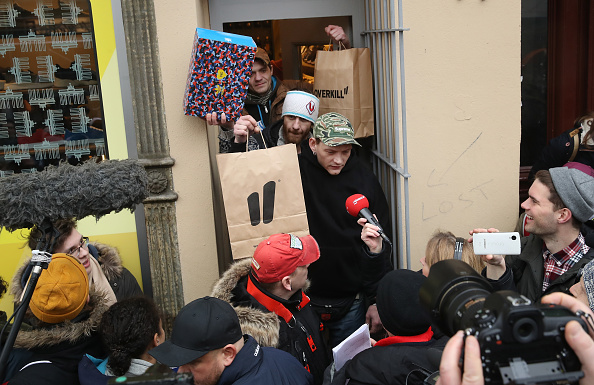 Waiting「Sneaker Fans Wait For Adidas Berlin Public Transport Shoe Release」:写真・画像(13)[壁紙.com]