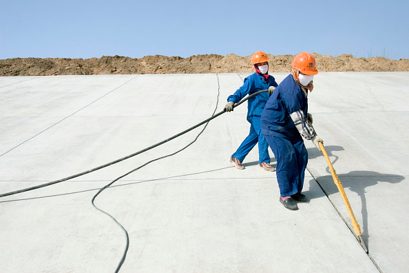 Shijiazhuang「Workers clean cracks in the South-to-North Water Diversion Project, near Shijiazhuang, Hebei Province, China, 28 February 2008.  This project will eventually carry water from the Yangtze River to the arid provinces of north China.  At present, constructi」:写真・画像(14)[壁紙.com]