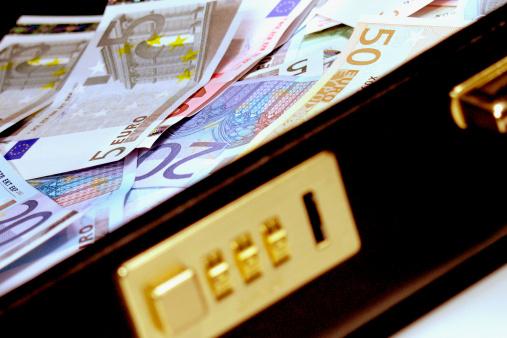 Briefcase「Euro bank notes in a briefcase」:スマホ壁紙(13)