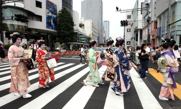 Tokyo - Japan「Geisha March Tokyo To Mark First Anniversary of Niigata Quake」:写真・画像(3)[壁紙.com]