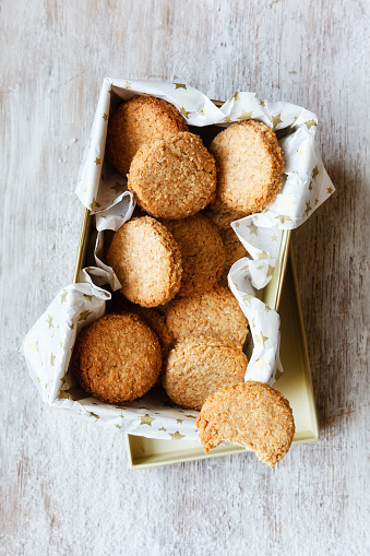 Cookie「Box of whole grain cocos cookies on wood」:スマホ壁紙(9)