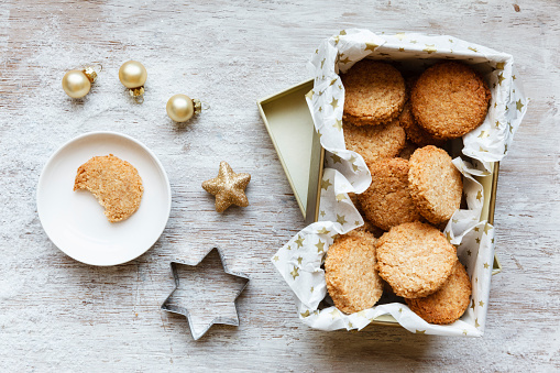 クッキー「Box of whole grain cocos cookies, Christmas decoration and cookie cutter on wood」:スマホ壁紙(8)