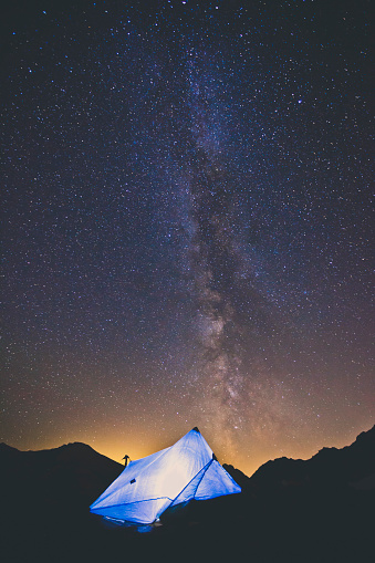 North Cascades National Park「Tarp Tent Below Night Sky And Milky Way In North Cascades National Park」:スマホ壁紙(5)