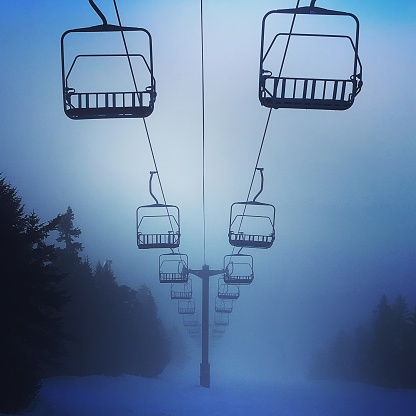スノーボード「Ski Lift on a foggy day.」:スマホ壁紙(5)