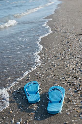 Mollusk「Italy, Adriatic Sea, blue flip-flops at seafront」:スマホ壁紙(3)