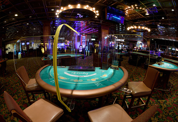 Table「Las Vegas Company Makes Safety Shields For Casinos To Keep Gamblers Distanced Once Casinos Open Back Up」:写真・画像(2)[壁紙.com]
