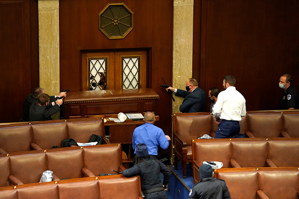 Holding「Congress Holds Joint Session To Ratify 2020 Presidential Election」:写真・画像(7)[壁紙.com]