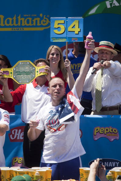 Michael Nagle「Champion Eaters Compete In Nathan's Annual Hot Dog Eating Contest」:写真・画像(9)[壁紙.com]