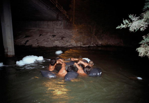 Perching「ILLEGAL IMMIGRANTS SWIM A RIVER OF FILTH TO ENTER THE U.S.」:写真・画像(9)[壁紙.com]