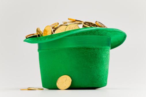 金運「Green hat filled with golden coins」:スマホ壁紙(17)