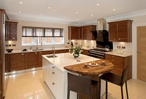 Walnut「Brightly-lit large modern kitchen」:スマホ壁紙(17)