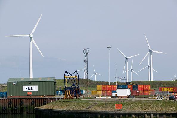 Greenhouse Gas「A windfarm near the docks in Workington, Cumbria, UK」:写真・画像(1)[壁紙.com]