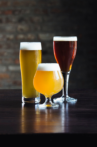 Surface Level「Various beers on table」:スマホ壁紙(2)