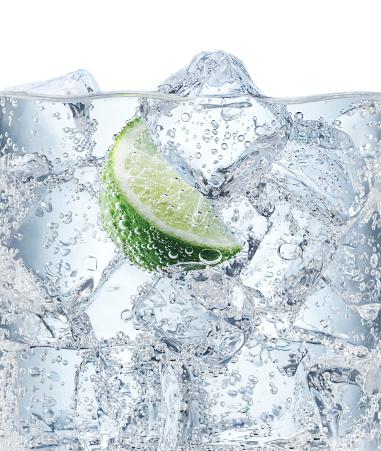 透明「Ice cubes and Lime in Soda Water」:スマホ壁紙(13)
