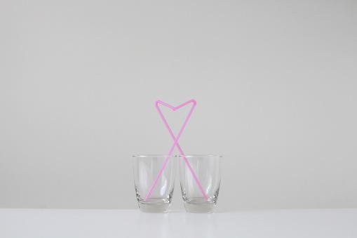 Humor「Two drinking straws in glasses making heart shape」:スマホ壁紙(0)