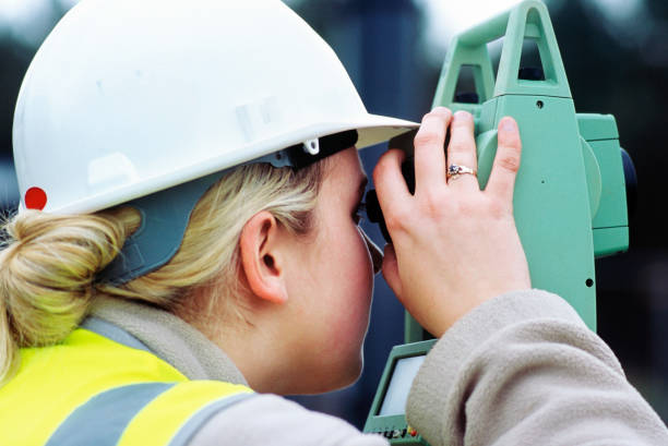 Woman engineer surveying, Angelsey waste water treatment upgrading works, Wales, UK:ニュース(壁紙.com)
