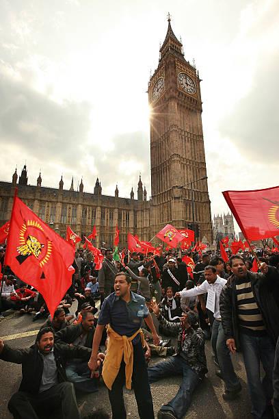 Tamil Demonstrators Besiege Parliament:ニュース(壁紙.com)