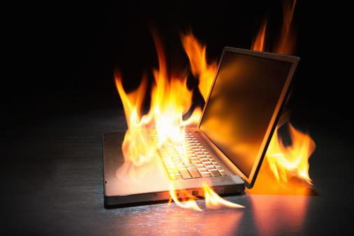 Threats「Laptop computer on fire」:スマホ壁紙(11)