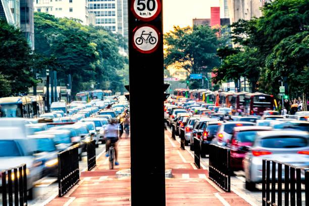 Rush hour at Paulista Avenue:スマホ壁紙(壁紙.com)