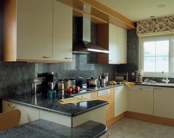 Stove「View of cabinets in an opulent kitchen」:写真・画像(2)[壁紙.com]