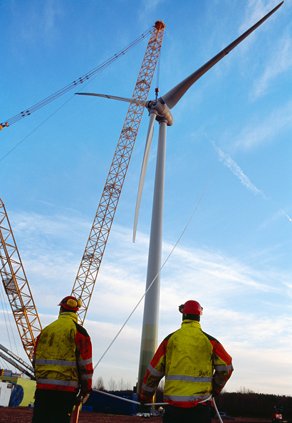 Technician「Two technicians guide the hub and blades of a large Enercon wind turbine into place using ropes. Worksop. United Kingdom. 2008.」:写真・画像(14)[壁紙.com]