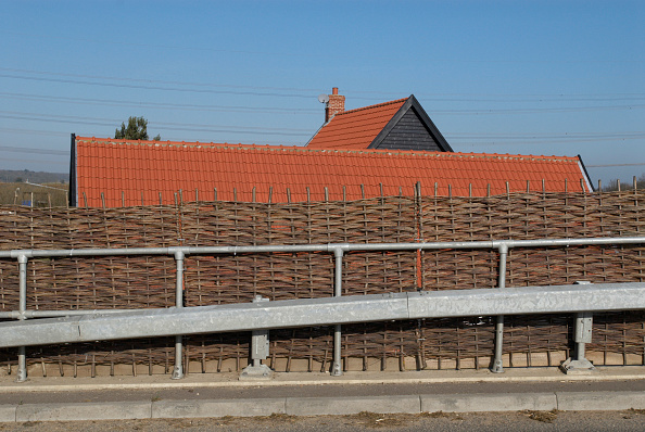 Road Marking「Willow fencing on a roadside acting as a protective barrier」:写真・画像(4)[壁紙.com]