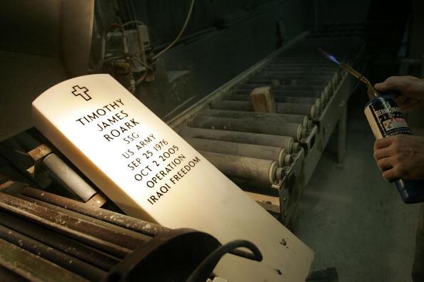 Blow Torch「Headstone Maker Creates Arlington Cemetery Markers」:写真・画像(10)[壁紙.com]