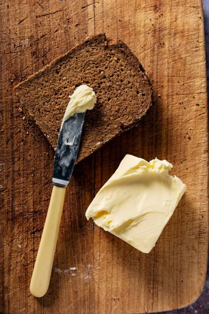 Sliced loaf of organic rye bread with butter.:スマホ壁紙(壁紙.com)