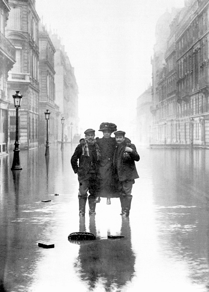 1910-1919「Floods in Paris in 1910 : two men carrying a woman」:写真・画像(17)[壁紙.com]