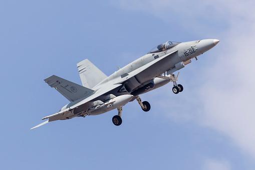Approaching「A Spanish Air Force F/A-18A Hornet prepares for landing.」:スマホ壁紙(19)