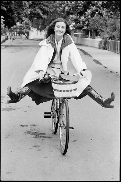 Diminishing Perspective「Jane Seymour Rides A Bike On Mackinac Island」:写真・画像(4)[壁紙.com]