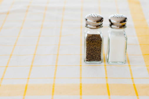 Salt and Pepper Shaker「Salt and pepper shakers on checked tablecloth」:スマホ壁紙(2)