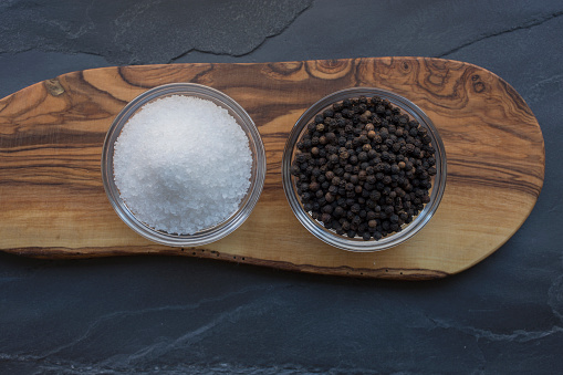 Gray Background「Salt and pepper on wood」:スマホ壁紙(3)