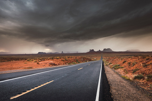 Utah「USA, Utah, Empty road to Monument Valley」:スマホ壁紙(1)
