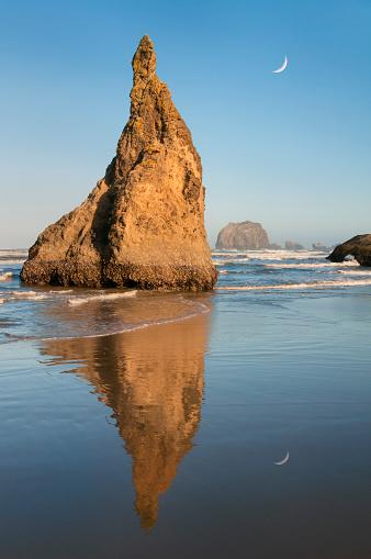 三日月形「Bandon Beach sunrise, sea stacks, OR Coast」:スマホ壁紙(2)
