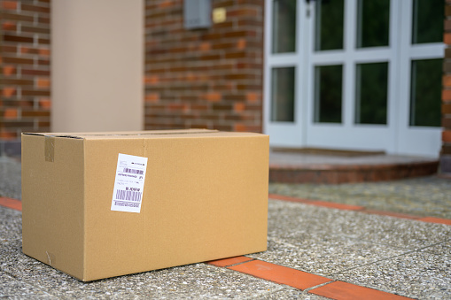 Slovenia「Cardboard package at the doorstep during coronavirus pandemic」:スマホ壁紙(10)