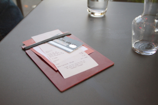 Credit Card「Credit card with bill on restaurant table」:スマホ壁紙(8)