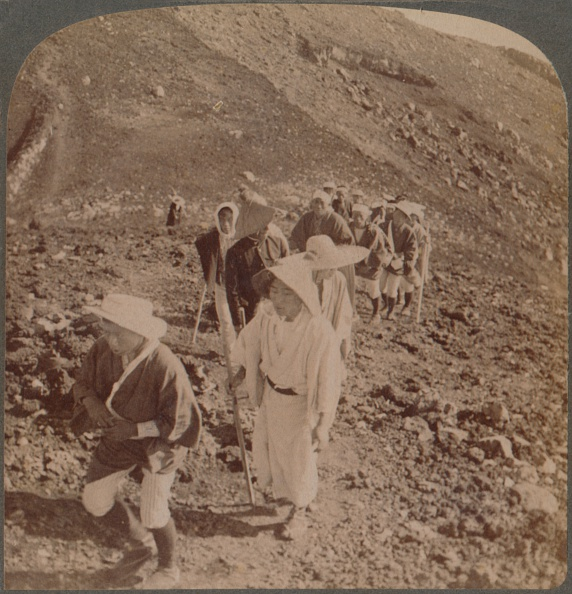 富士山「'Pilgrims, At End Of Weary Ascent, In Worship Encircling Crater Of Sacred Fujiyama, Japan', 1904」:写真・画像(2)[壁紙.com]