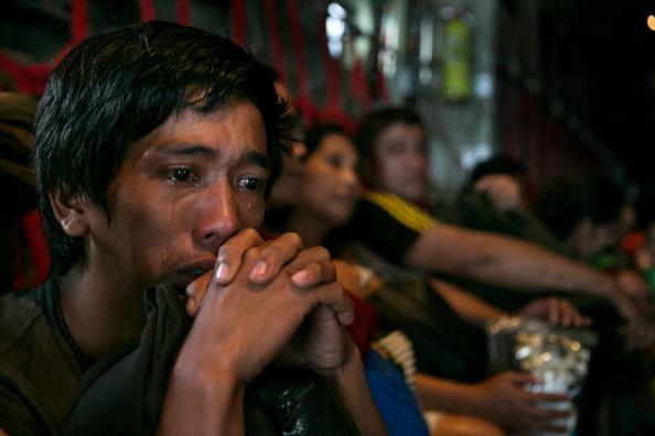 座る「Relief Efforts Continue After Typhoon Haiyan's Destruction」:写真・画像(2)[壁紙.com]
