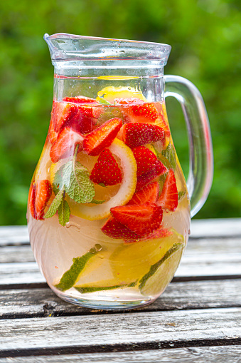 Infused Water「Detox water with strawberry, lime, lemon and mint in a glass jar」:スマホ壁紙(18)