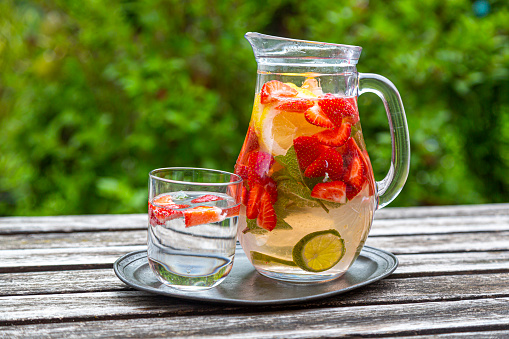Infused Water「Detox water with strawberry, lime, lemon and mint in a glass jar」:スマホ壁紙(2)