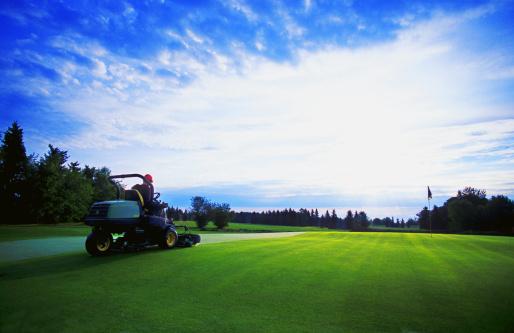 Putting - Golf「Greens keeper mowing grass」:スマホ壁紙(1)