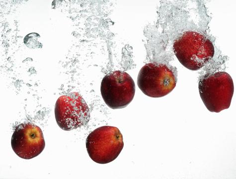 リンゴ「red apples under water」:スマホ壁紙(7)