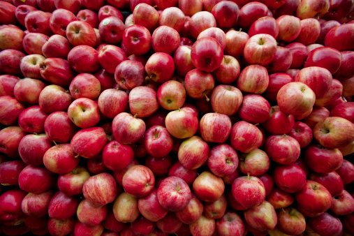 Mid-Atlantic - USA「Red apples lay in a pile at a fruit stand in Maryland, USA.」:スマホ壁紙(15)