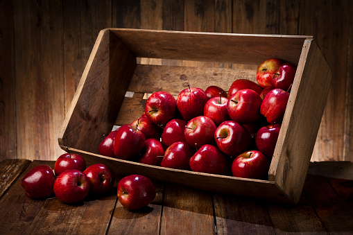 Apple - Fruit「Red apples in a crate on rustic wood table」:スマホ壁紙(17)