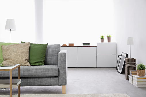 居間「Modern living room with couch and sideboard」:スマホ壁紙(6)
